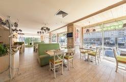 MOSKAU - JULI 2014: Innenraum ist ein stilvolles Kettenrestaurant der japanischen und italienischen Küche Stockfotos
