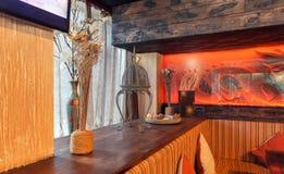 MOSKAU - JULI 2014: Innenraum ist ein stilvolles Kettenrestaurant der japanischen und italienischen Küche Lizenzfreie Stockbilder