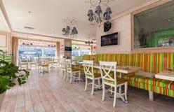 MOSKAU - JULI 2014: Innenraum ist ein stilvolles Kettenrestaurant der japanischen und italienischen Küche Lizenzfreie Stockfotos