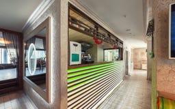 MOSKAU - JULI 2014: Innenraum ist ein stilvolles Kettenrestaurant der japanischen und italienischen Küche Stockbild