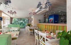 MOSKAU - JULI 2014: Innenraum ist ein stilvolles Kettenrestaurant der japanischen und italienischen Küche Lizenzfreies Stockfoto