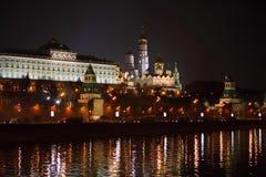 Moskau Kremlin mit schöner Ablichtung lizenzfreie stockfotos