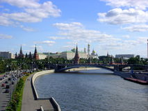 Moskau kremlin. View of Moscow Kremlin in sunny day from the bridge close to church. Russia Stock Photo