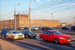 Moskau - 20. März: Autofahren auf Kutuzov-Allee in Moskau Russland, Moskau, am 20. März 2015 Lizenzfreie Stockfotos