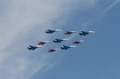MOSKAU - 9. MAI: Aerobatic Demonstrationsteam Swifts auf Mig-29 und russische Ritter auf Su-27 auf Parade widmeten sich 70. Jahre Stockfoto