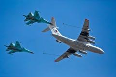 MOSKAU - 7. MAI: Brennstoffaufnahmeflugzeuge und -kämpfer nehmen teil Lizenzfreie Stockfotografie