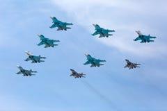 MOSKAU - 9. MAI: Düsenjäger nehmen die Parade teil, die 70. Jahrestag eingeweiht wird Stockfotografie