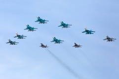 MOSKAU - 9. MAI: Düsenjäger nehmen Parade teil Stockbilder