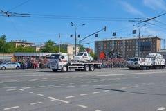 MOSKAU, MAI, 9, 2018: Feiertagsparade des großen Sieges von russischen Militärfahrzeugen: Kabinenschneemobil fahrung TTM-1901-40  Lizenzfreie Stockbilder