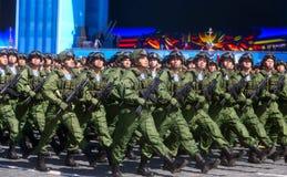 MOSKAU, AM 7. MAI 2015: Russischer Soldatmarsch durch Roten Platz Stockbilder