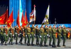 MOSKAU, AM 7. MAI 2015: Russischer Soldatmarsch durch Roten Platz Lizenzfreies Stockbild