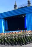 MOSKAU, AM 7. MAI 2015: Russischer Soldatmarsch durch Roten Platz Lizenzfreie Stockbilder