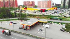 Moskau - 6. Mai 2019 Tankstelle in Moskau, Shell-Tankstelle, Schie?en von ?ber, 4k, Sommer stock footage