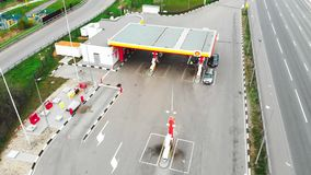 Moskau - 6. Mai 2019 Tankstelle in Moskau, Shell-Tankstelle, Schie?en von ?ber, 4k, Sommer stock video footage