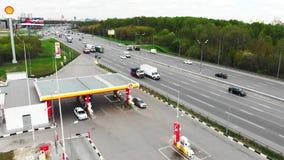 Moskau - 6. Mai 2019 Tankstelle in Moskau, Shell-Tankstelle, Schie?en von ?ber, 4k, Sommer stock video