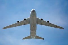 MOSKAU - 9. MAI: Weltgrößtes Frachtflugzeug an-124 (Ruslan) Lizenzfreie Stockbilder
