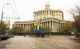 Moskau-Marathonläufer mit zentralem akademischem Thea stockbilder