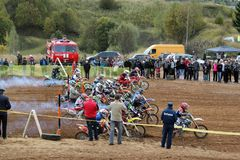 MOSKAU OBLAST, RUSSLAND - 24. SEPTEMBER: Motocross-, großartiger und extremersport, Laufen nicht für den Straßenverkehr Stockfoto