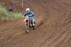 MOSKAU OBLAST, RUSSLAND - 24. SEPTEMBER: Motocross-, großartiger und extremersport, Laufen nicht für den Straßenverkehr Stockbild