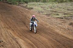 MOSKAU OBLAST, RUSSLAND - 24. SEPTEMBER: Motocross-, großartiger und extremersport, Laufen nicht für den Straßenverkehr Lizenzfreie Stockfotos