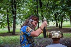 Moskau, Park auf Krasnaya Presnya, am 5. August 2018: Ein Mann macht eine Massage mit einer großen tibetanischen Gesangschüssel stockbilder