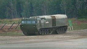 MOSKAU-REGION, RUSSLAND - 25. AUGUST 2017 Bewegendes russisches Militärraupentransporter-Zeitlupevideo stock video