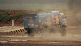 MOSKAU-REGION, RUSSLAND - 25. AUGUST 2017 Zeitlupeclip des treibenden russischen KAMAZ-Haupt-Dakar-Sammlungsteam-LKWs stock video footage