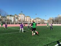 Moskau, Rf 26. März 2019: Studentenfußballspiel auf dem Feld mit künstlichem Rasen stockbild