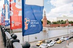 MOSKAU, RISSUA - Juni 2018 Blau und rote wellenartig bewegende Flaggen mit dem offiziellen Logo und dem Symbol des 2018 Weltcups  stockfotos