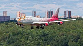 Moskau, Russia-07/02/2018: Das Passagierflugzeug landet an internationalem Flughafen VKO Vnukovo in Moskau stockbild