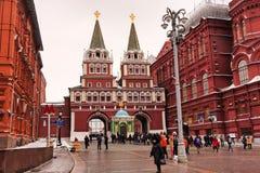 Moskau, Russische Föderation - 21. Januar 2017: In Richtung zur berühmten der Kreml-Zone mögen viele Besucher auf Roten Platz geh stockfotos