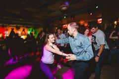 MOSKAU, RUSSISCHE F?DERATION - 13. OKTOBER 2018: Ein Paar von mittlerem Alter, ein Mann und eine Frau, Tanzsalsa unter einer Meng lizenzfreies stockfoto