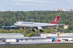 Moskau, Russland - 07/02/2018: ` Airbusses A330, das THY Turkish Airlines-` an Flughafen Moskaus Vnukovo landet lizenzfreie stockbilder