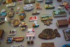 Moskau, Russland - 06 04 2018: Andenkenmagneten auf der Kühlschranktür, das Gedächtnis der Reise stockbilder