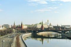 Moskau/Russland - 04 2019: Ansicht von Moskau der Kreml und Fluss mit einer Brücke lizenzfreies stockfoto