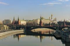 Moskau/Russland - 04 2019: Ansicht von Moskau der Kreml und Fluss mit einer Brücke stockfoto