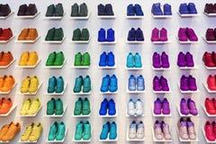 MOSKAU, RUSSLAND - APRIL 12,2015: Adidas-Vorlagenschuhe in einem Schuh Stockfotografie