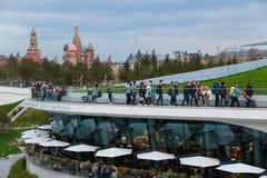 MOSKAU, RUSSLAND - 30. APRIL 2018: Ansicht des Moskaus der Kreml, des Spassky-Turms und des St. Basil' s-Kathedrale Zaryadie Lizenzfreie Stockfotografie