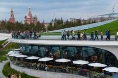 MOSKAU, RUSSLAND - 30. APRIL 2018: Ansicht des Moskaus der Kreml, des Spassky-Turms und des St. Basil' s-Kathedrale Zaryadie Lizenzfreie Stockfotos