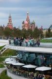 MOSKAU, RUSSLAND - 30. APRIL 2018: Ansicht des Moskaus der Kreml, des Spassky-Turms und des St. Basil' s-Kathedrale Zaryadie Lizenzfreies Stockfoto