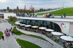 MOSKAU, RUSSLAND - 30. APRIL 2018: Ansicht des Moskaus der Kreml, des Spassky-Turms und des St. Basil' s-Kathedrale Zaryadie Stockfotografie