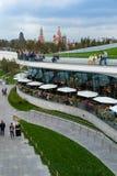 MOSKAU, RUSSLAND - 30. APRIL 2018: Ansicht des Moskaus der Kreml, des Spassky-Turms und des St. Basil' s-Kathedrale Zaryadie Stockfoto