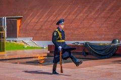 MOSKAU, RUSSLAND APRIL, 24, 2018: Ansicht im Freien des einzelnem Soldatmarschierens des der Kreml-Regiments ändern den Schutz Stockbild