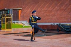 MOSKAU, RUSSLAND APRIL, 24, 2018: Ansicht im Freien des einzelnem Soldatmarschierens des der Kreml-Regiments ändern den Schutz Stockbilder