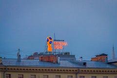MOSKAU, RUSSLAND APRIL, 24, 2018: Ansicht im Freien von shinny das Zeichen von FIFA-Weltcup iluminated über einer Dachspitze oh e Stockfotos