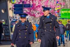 MOSKAU, RUSSLAND APRIL, 24, 2018: Ansicht im Freien an von tragen mit zwei Männern einheitlich und unter festliche Weihnachtslich Lizenzfreie Stockbilder