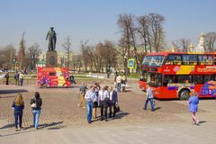 MOSKAU, RUSSLAND 19. APRIL Bussightseeing-toure auf Bolotnaya Squa Stockbilder