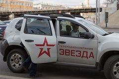 MOSKAU, RUSSLAND - 30. APRIL 2018: Das Auto der Staatsfernsehenfirma ZVEZDA nach Sammlung auf Sakharov-Allee gegen Zensur Stockfotografie