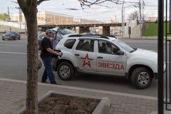 MOSKAU, RUSSLAND - 30. APRIL 2018: Das Auto der Staatsfernsehenfirma ZVEZDA nach Sammlung auf Sakharov-Allee gegen Zensur Lizenzfreies Stockbild