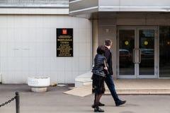 MOSKAU, RUSSLAND - 30. APRIL 2018: Das Paar überschreitet durch den Eingang zum Roskomnadzor-Gebäude Lizenzfreies Stockbild